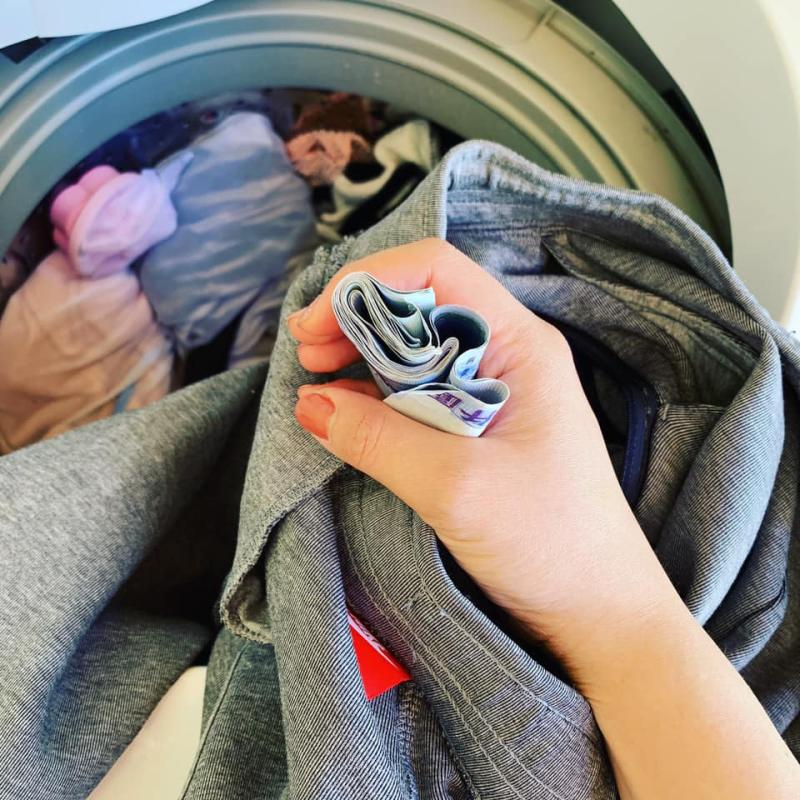 ▲有網友分享,自己幫老婆分擔家事,竟在洗衣服時獲得驚喜,撿到 12000 元。(圖/翻攝自爆廢公社二館)