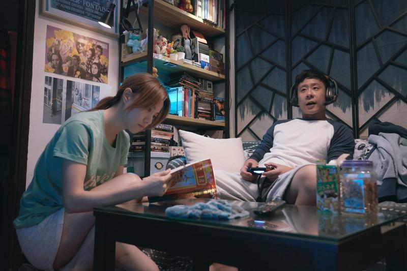 ▲朱栢康與鄧麗欣(左)在片中飾演一對論及婚嫁的男女朋友。(圖/采昌)
