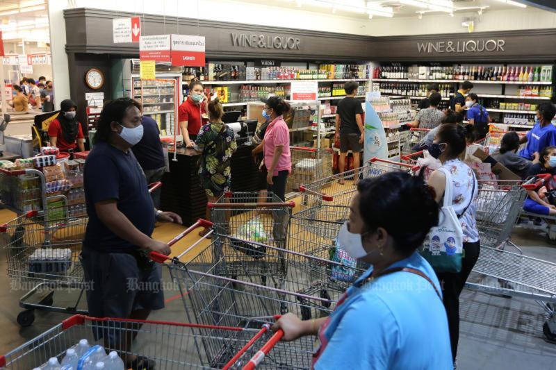 ▲超市內的排隊人潮。(圖/翻攝自《曼谷郵報》)
