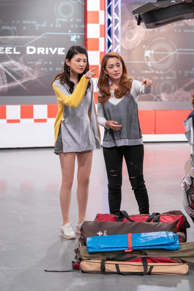 <br> ▲柯以柔(右)向主持人蘇宗怡介紹平時如何利用車內空間擺放露營用具。(圖/TVBS提供)