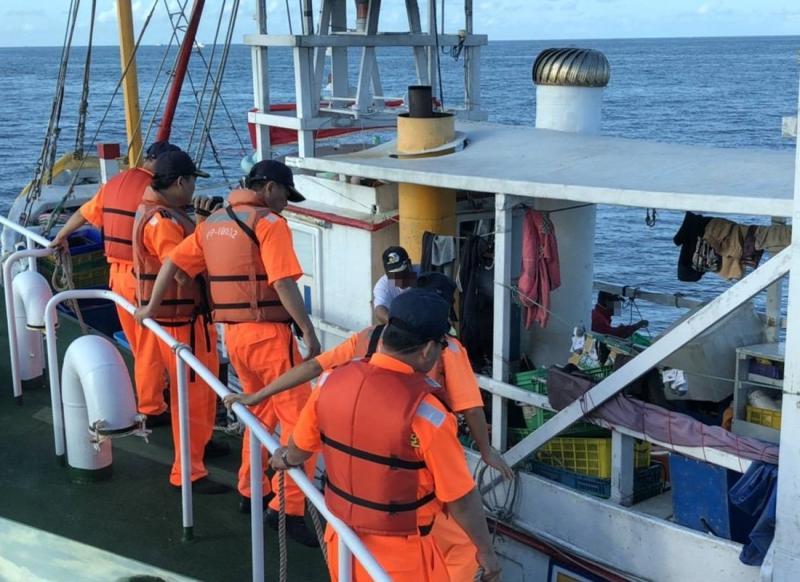 <br> ▲海巡署南部分署高雄海巡隊登船檢查違規捕魚。(圖/記者黃守作攝,2020.05.04)