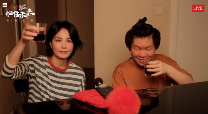 ▲王菲、常石磊合作歌曲〈人間〉。(圖/翻攝YouTube)