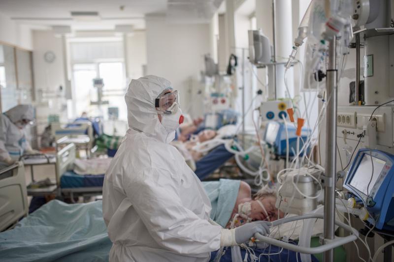 ▲俄國目前新冠肺炎疫情嚴峻。圖為俄羅斯衛生部下的國家心血管外科醫學研究中心,忙於照顧病患中的醫護人員。(圖/達志影像/AP)