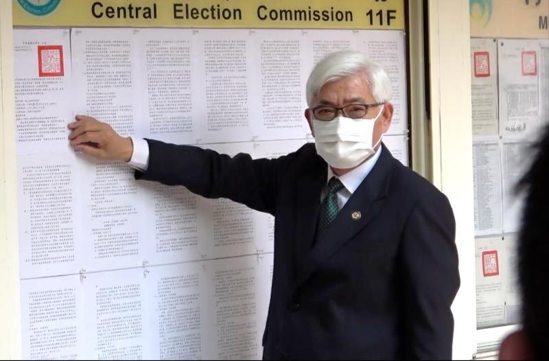 中選會主委李進勇5日張貼罷免公告。 (圖/記者陳明安攝)
