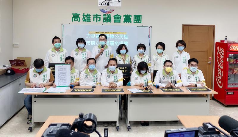 人體宣傳看板 高市民進黨議員站到第一線罷韓