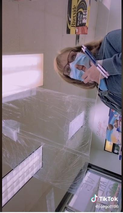 ▲婦人對著鏡頭表示自己戴著口罩會呼吸不順。(圖/翻攝自