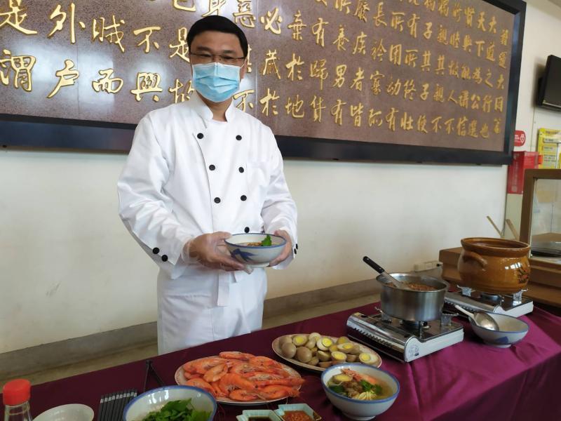 ▲許志宏表示,「立夏吃麵」是很早就有的傳統,「夏麵」裡加入蝦子、蛋、瓠瓜,都有其不同的意涵,更表達對夏季的祝願。(圖/記者葉靜美攝,2020.05.05)