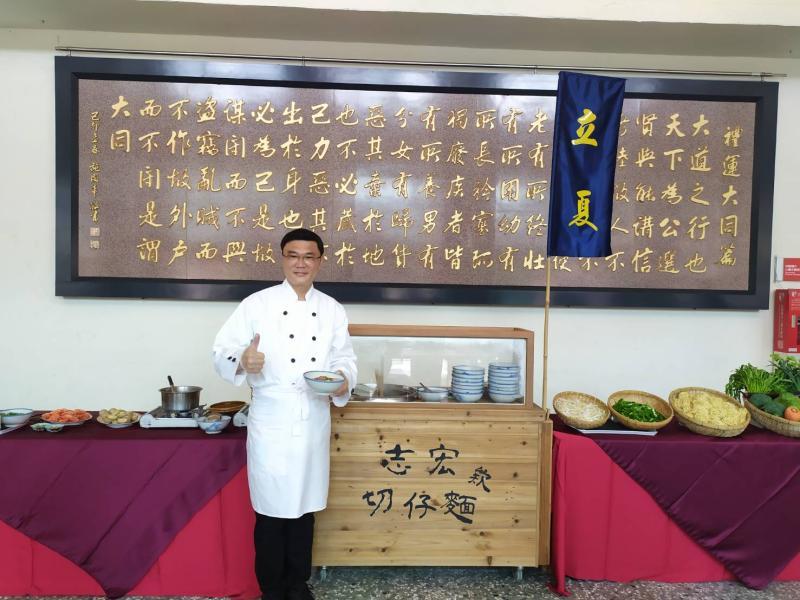 ▲志宏欸切仔麵今日開張,除了食材有講究,使用的碗更是鹿港鎮長許志宏的珍藏。(圖/記者葉靜美攝,2020.05.05)