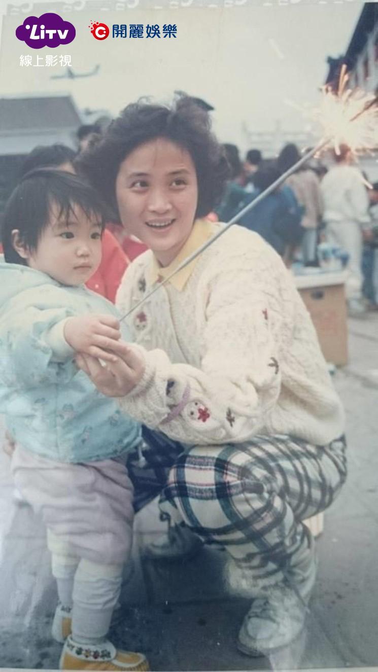 ▲梁舒涵小時候和媽媽年輕的時候。(圖