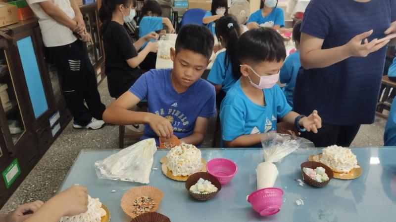 ▲文德國小老師們也把握住母親節節日這個機會,讓小朋友親手製作一個小蛋糕送給媽媽。(圖/記者陳雅芳攝,2020.05.05)