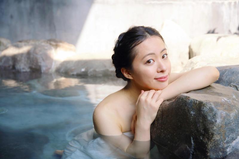 ▲在遊客銳減的情況下,位在神戶的有馬溫泉業者想出妙招,推出「VR溫泉之旅」,讓民眾免出門即可享受泡溫泉的樂趣。(Shutterstock)