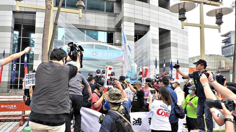 國民黨中央黨部6日被砸雞蛋抗議。(圖/記者陳弘志攝)