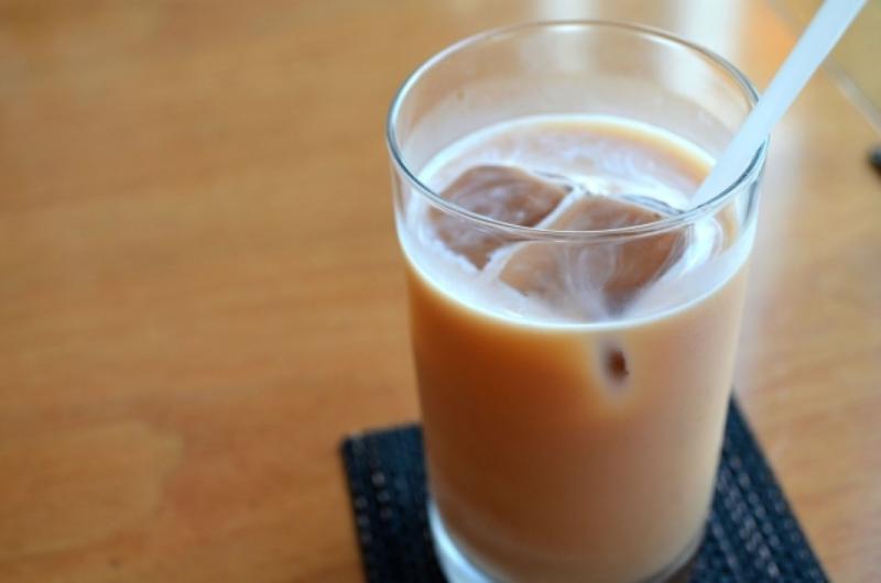 奶茶當水狂喝半年!29歲男「血漿如豬油」慘進加護病房