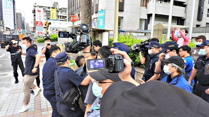 ▲國民黨中央黨部6日被砸雞蛋抗議。(圖/記者陳弘志攝)
