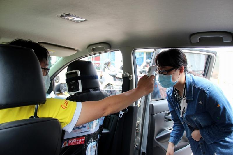 ▲搭乘計程車需要先量體溫,因與乘客之間較易因近距離接觸增加呼吸道傳染病傳播風險,運輸業者在疫情期間全力配合政府做好各項防疫。(圖/屏東縣政府提供