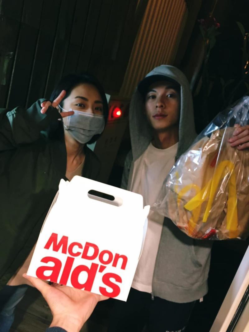 ▲《想見你》劇組相處和樂,許光漢(右)和柯佳嬿在拍戲時,還為大鶴「快遞」麥當勞。(圖/大鶴提供)