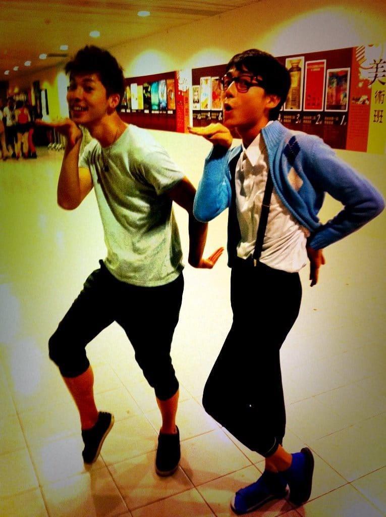 ▲許光漢(左)跟大鶴高中時期的搞笑照片。(圖/大鶴提供)