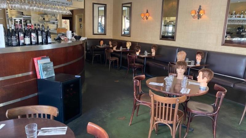 ▲澳洲布里斯本一家咖啡廳用假人頭當擺設。(圖/翻攝10 News First)
