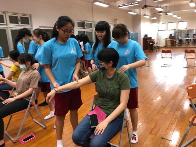 ▲學生為老師進行筋絡按摩。(圖/光華高中)