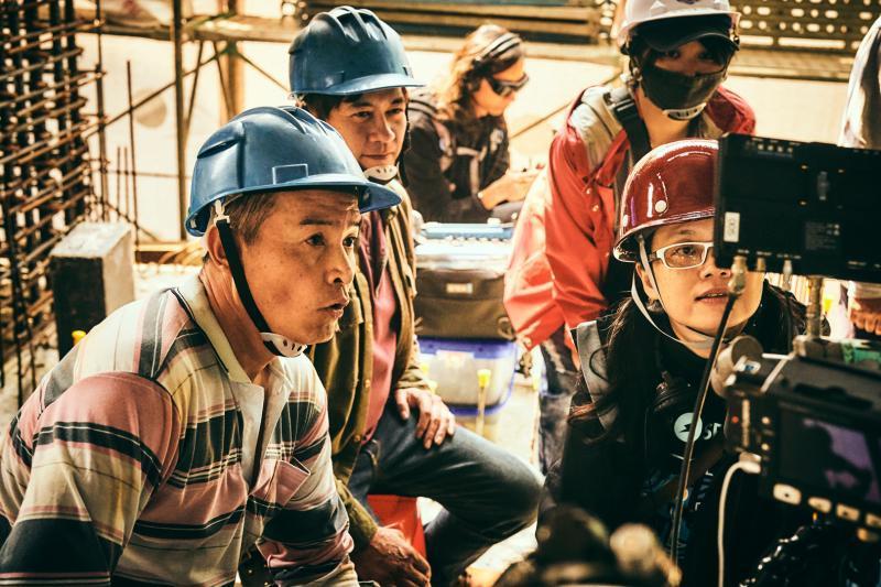 ▲《做工的人》工地拍攝過程艱辛,李銘順(左一)透露「嘴裡永遠有沙」,前排右一為導演鄭芬芬、左二為柯叔元。(圖/大慕影藝提供)
