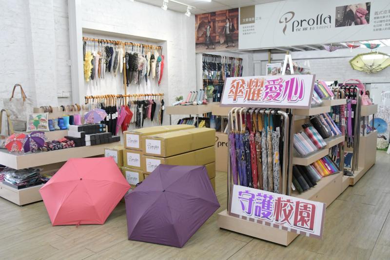 ▲鹿港鎮在地企業秀裕工業公司捐贈愛心傘,希望能在梅雨季節來臨之際,供學童使用。(圖/記者陳雅芳攝,2020.05.06)