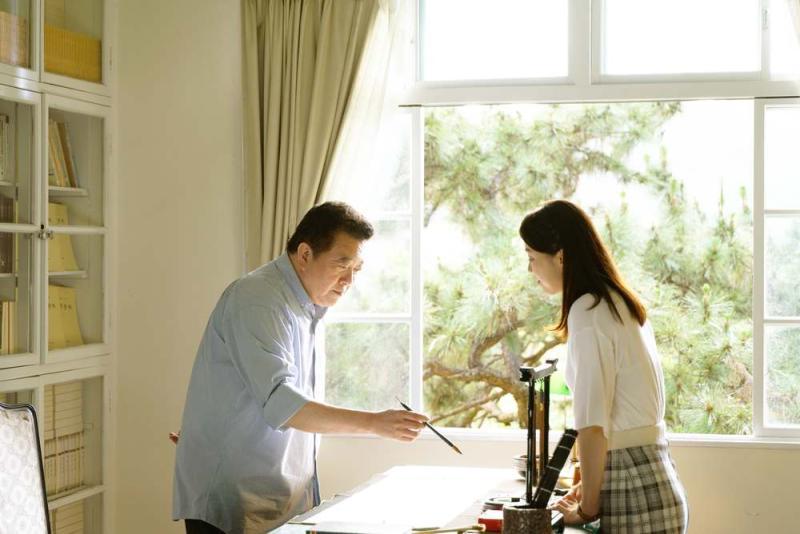 ▲林在培(左)、廖苡喬父女在辦公室談心。(圖