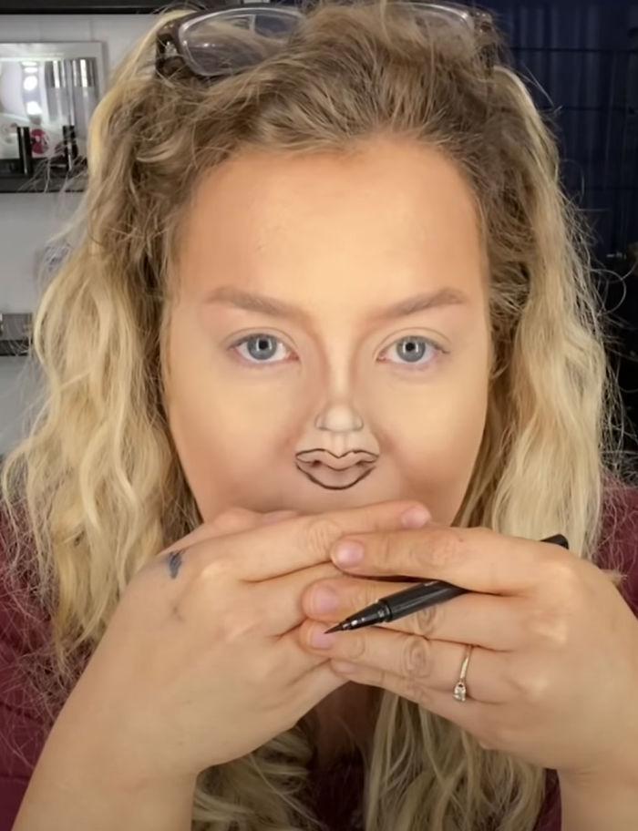 ▲首先, Jaime 先在鼻樑畫上一個迷你鼻子的輪廓,然後在鼻尖的位置勾勒出嘴巴的樣子。(圖/翻攝自影片)