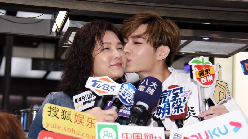 ▲炎亞綸對媽媽獻吻。(圖/記者林調遜攝,2020.05.07)