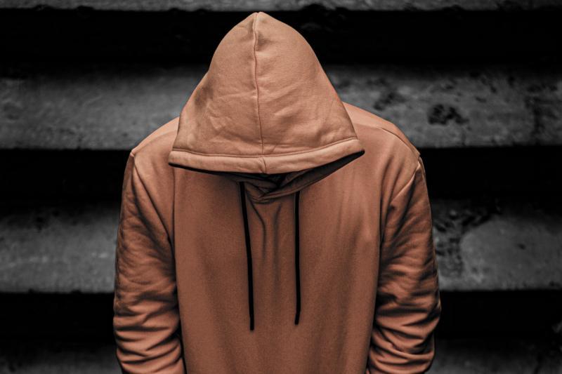 ▲逃犯跟即將服刑期滿的獄友交換衣服、配戴口罩,竟成功走出監獄。(示意圖,非本人/取自Unsplash)
