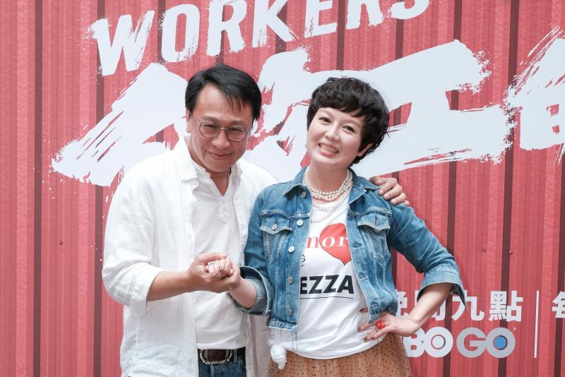 ▲游安順(左)、苗可麗兩人在劇中飾演板模包商夫婦。(圖