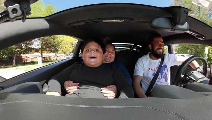 ▲尼佛斯開著藍寶堅尼跑車,載艾德瑞安在市區兜風。(圖/翻攝自