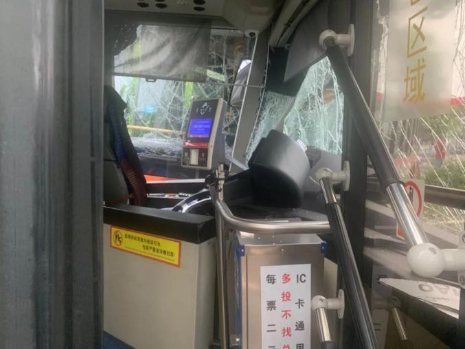 ▲公車前方擋風玻璃碎裂嚴重。(圖/翻攝自澎湃新聞)