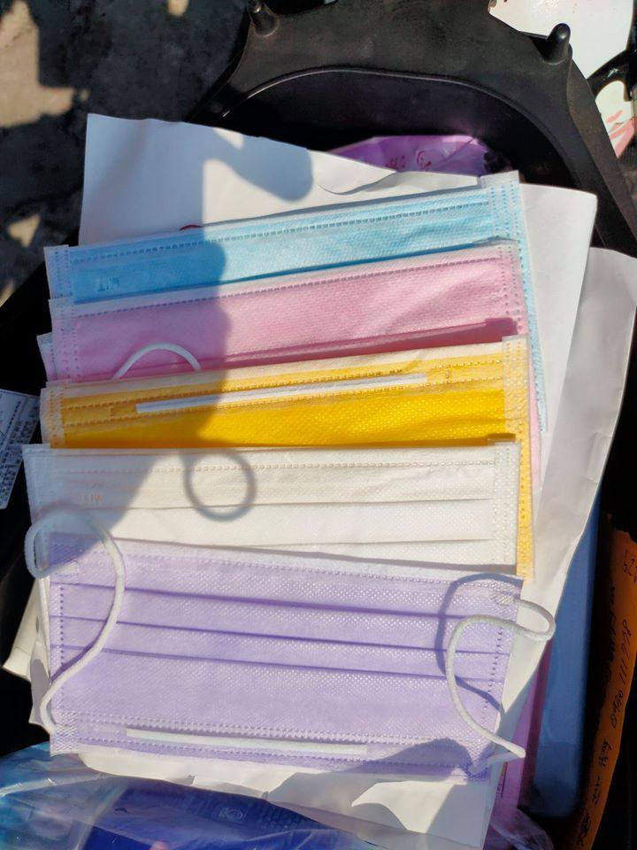 ▲女網友貼出自己拿到的五色口罩。(圖/翻攝大量口罩分享交流臉書)