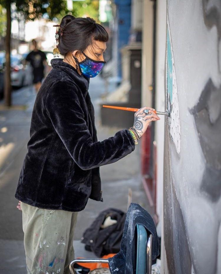 ▲街頭藝術家美化冷清的街頭。(圖/翻攝自
