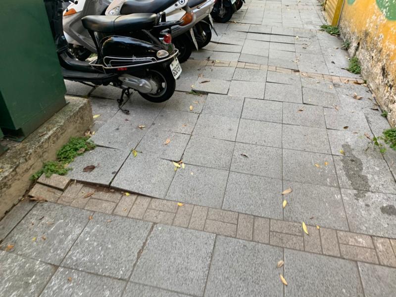 中市人行道維護 意外扯出市府互踢皮球