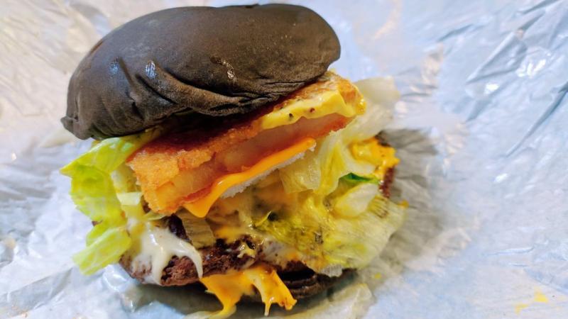 ▲網友自製漢堡口味,獲得許多網友大讚。(圖/翻攝自Dcard)
