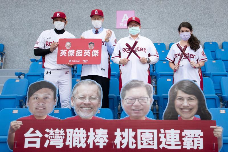 AIT處長和鄭文燦參訪桃園棒球場