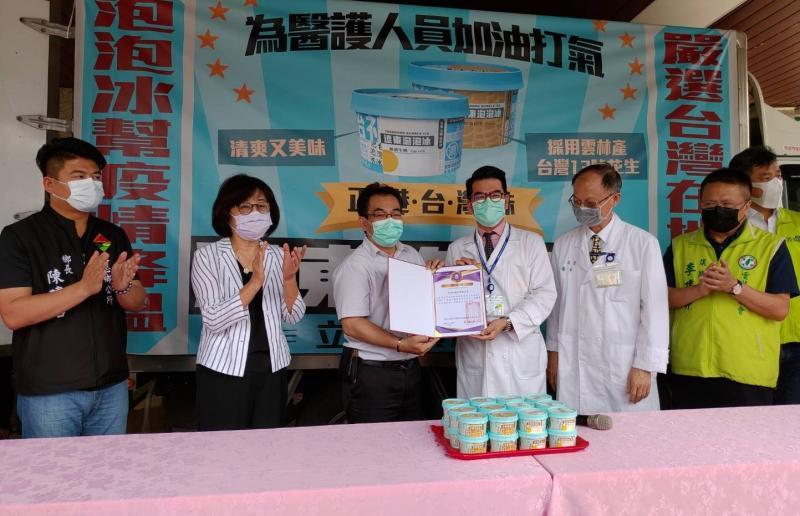 ▲台大醫院雲林分院副院長馬惠明以感謝狀。(圖/記者蘇榮泉攝,2020.05.08)
