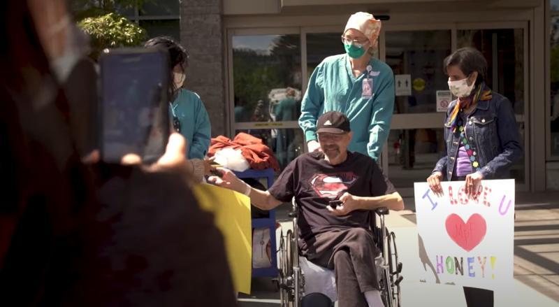 ▲七十歲的佛洛爺爺身穿超人衣,從新冠肺炎康復。(圖/翻攝自