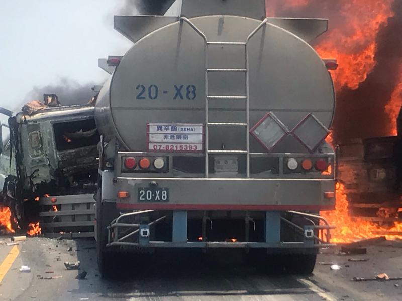 ▲台61線西濱快速道路發生一起火燒車意外,一輛油罐車與貨車擦撞,貨車瞬間起火燃燒,並延燒到油罐車車頭。(圖/記者陳雅芳翻攝,2020.05.08)