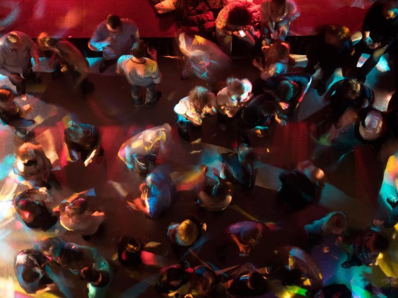 ▲新冠肺炎疫情狂燒全球,但近期疫情趨緩的南韓卻出現一位29歲男子,一晚狂跑 5 間夜店後才被發現確診新冠肺炎,最終傳染15人。(圖/翻攝 Pxhere )
