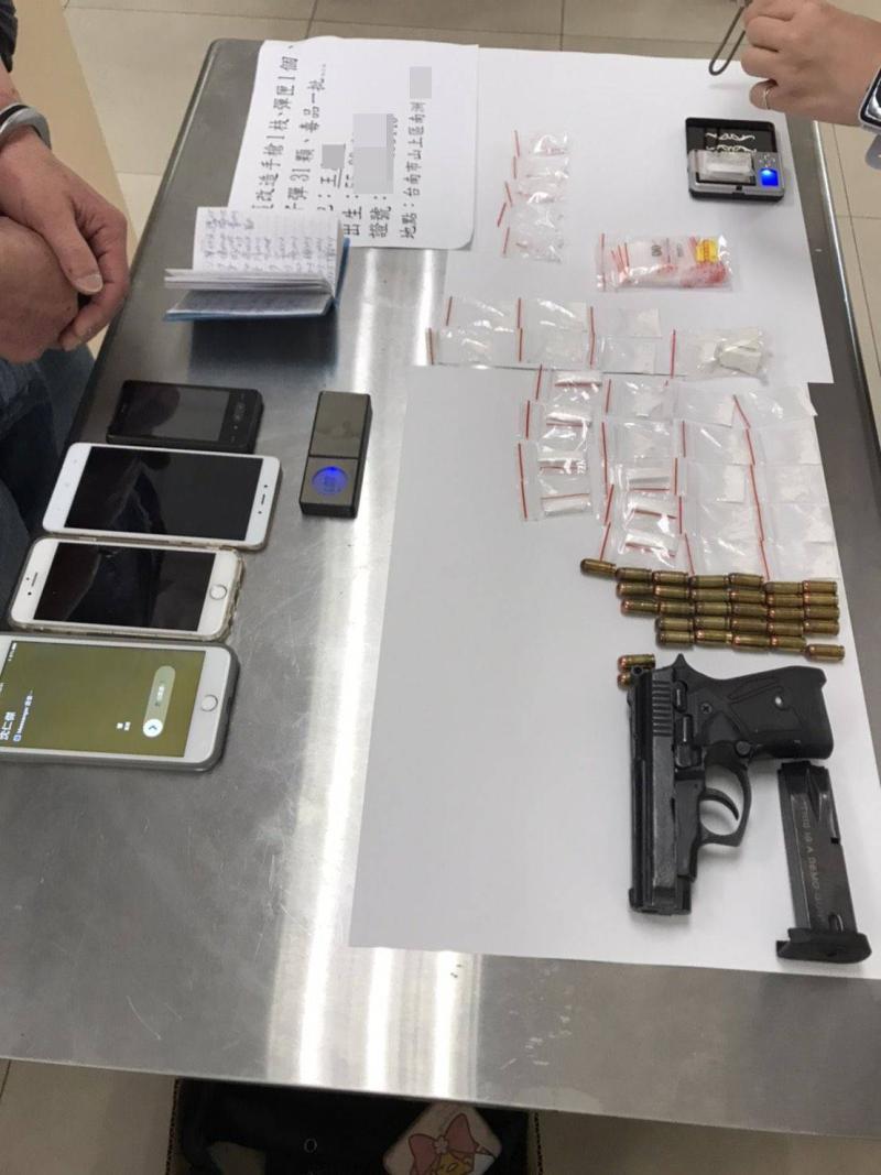 南市警新化分局破獲擁槍販毒案,起獲各式毒品及改造手槍、子彈一批。(圖/記者陳聖璋翻攝)