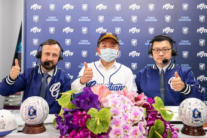▲球評王雲慶(右)與陳時中(中)共同轉播球賽。(富邦提供)