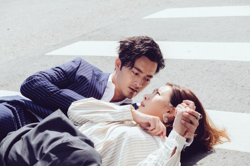 ▲古斌(左)、安心亞拍攝高難度危險戲。(圖 / 歐銻銻娛樂提供)