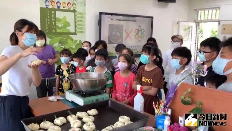 ▲孩子們將廣興國小校園自種的「迷迭香」,調製獨特風味,專屬於廣興媽咪的「香草貝果」便大功告成。(圖/記者陳雅芳攝,2020.05.09)
