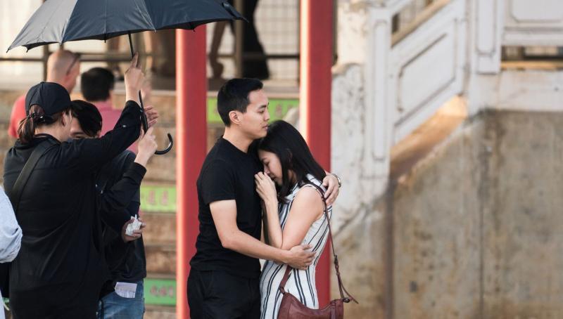 ▲葛曉潔(右)拍片當場潰堤,導演楊維榕(右二)前去安撫情緒。(圖/Netflix)