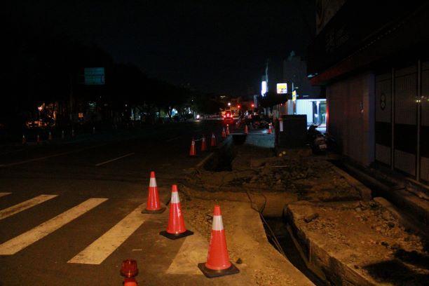 ▲施工現場僅以簡易的三角錐告示,轉角處的警示也不足,加上夜間燈光昏暗,恐危害用路人行的安全。(圖/記者葉靜美攝)