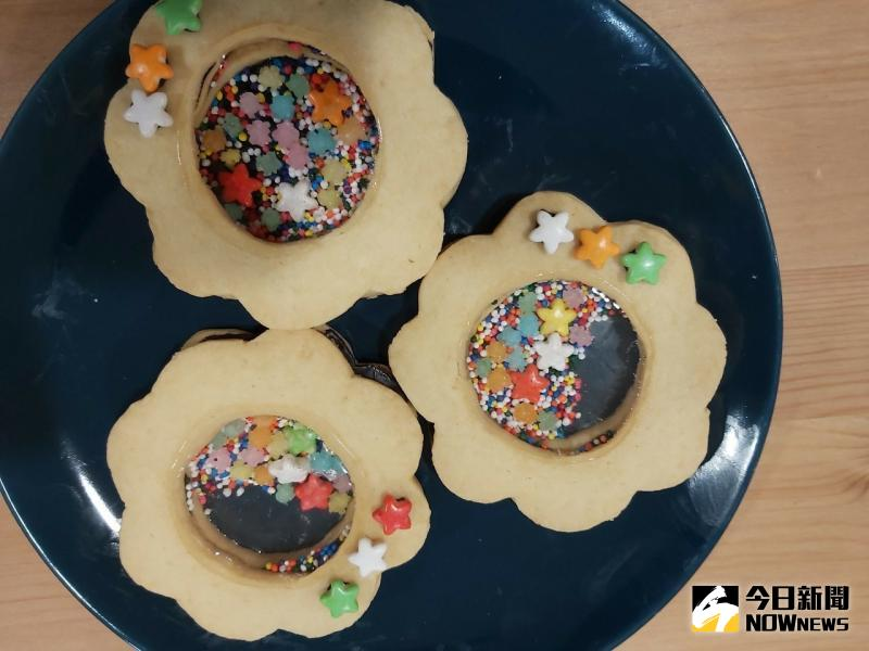 ▲手作餅乾,居然還有像玩具一樣可搖動的小糖果,令人眼睛為之一亮。(圖/記者陳雅芳攝,2020.05.09)