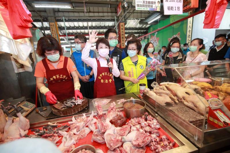 盧秀燕市場當助手、致贈<b>康乃馨</b>慶祝母親節