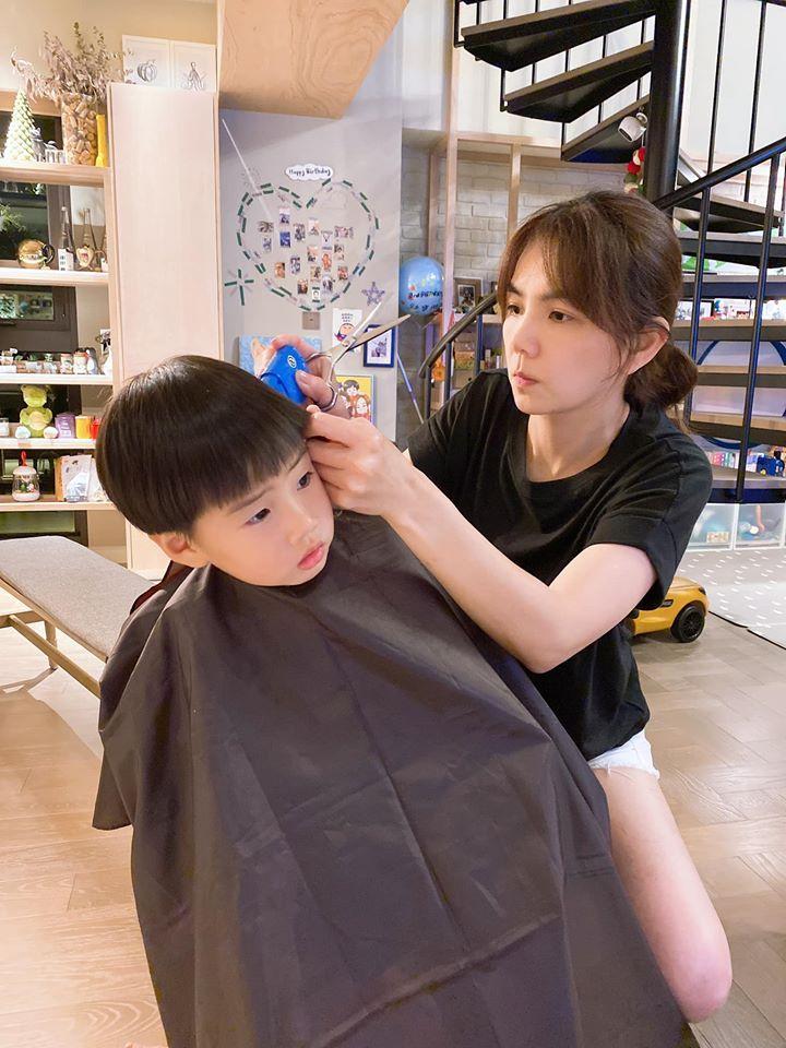 ▲Ella貼心地幫兒子理髮。(圖/Ella臉書)